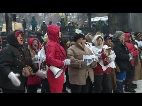 UKRAINE PROTEST: SINGING SONGS AT KIEV BARRICADES - BBC NEWS