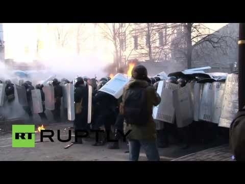 Ukraine: Violence flares between police and protesters
