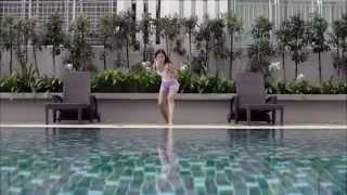 gadis cantik berjalan diatas air