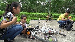 Ngã Xe Đạp - Dạy Trẻ Biết Giúp Đỡ Người Đi Đường, Không Tham Lam - MN Toys Family Vlogs