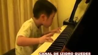 Garoto Chinês de 5 anos no piano