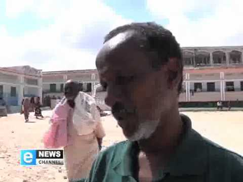 Somali refugees rush to get the last of medical supplies and food aid