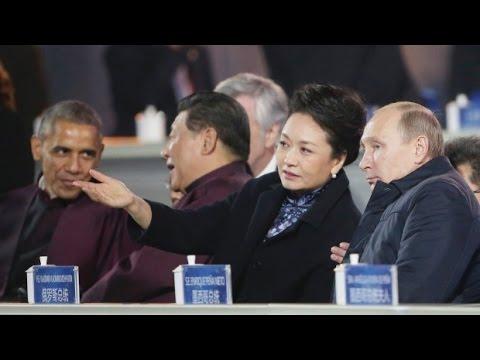 Putin flirt President Xi's wife  Peng Liyuan at APEC