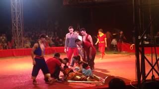 Tai nạn rạp xiếc Trung ương. Vietnamese circus actress fell into an accident on the line.