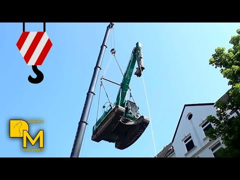 Liebherr LTM 1130-5.1 hebt Bagger CAT 320E crane lifting excavators on rooftop