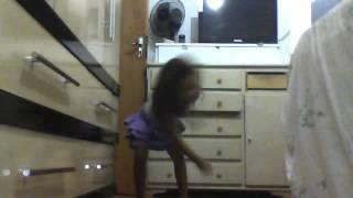 A menina de roxo dançando kuduro