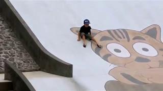 石垣島バンナ公園のキッズパークの滑りスロープで遊ぶ子供
