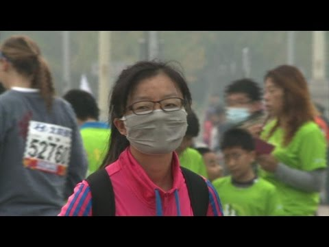 Beijing Marathon runners brave hazardous air pollution