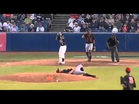 Atrapada Espectacular Reacción Del Pitcher Previene Una Lesión Grave video