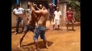 Trai làng cởi trần, tay đôi đánh nhau quyết liệt
