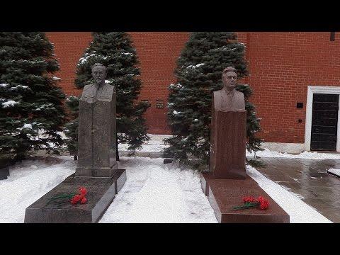 Кладбище у Кремлевской стены /  The cemetery near the Kremlin wall