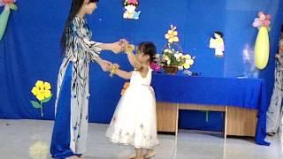 Múa ngày đầu tiên đi học -  bé Minh Thư & Giáo Viên