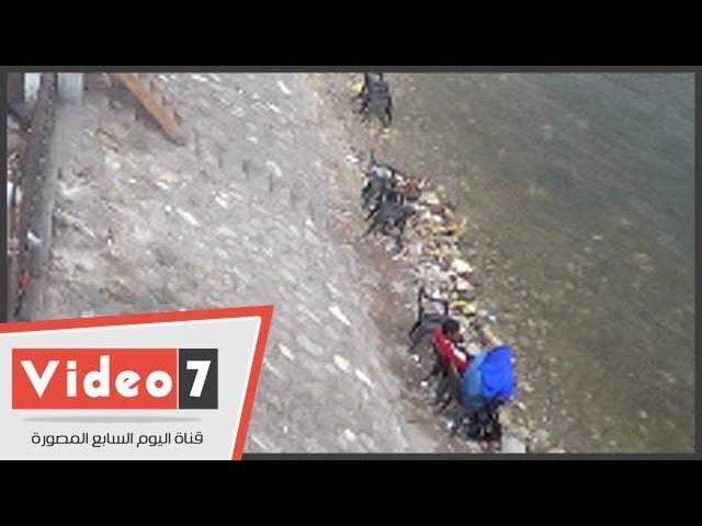 بالفيديو.. كافتيريا تنتهك حرمة النيل بوضع كراسى على شاطئ