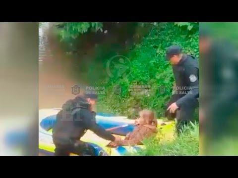 La policía rescató a una anciana, en una casa inundada