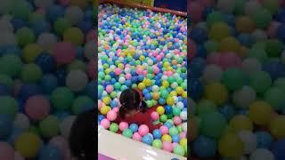 Kila seneng banget bermain mandi bola di Fun World Mall DM