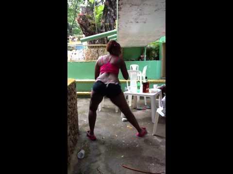 Dominican Woman Booty Shake 2 /  Morena Durisima Moiendo la cola en RD