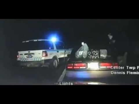 Mujer con las manos esposadas a la espalda huye en vehiculo de la policia