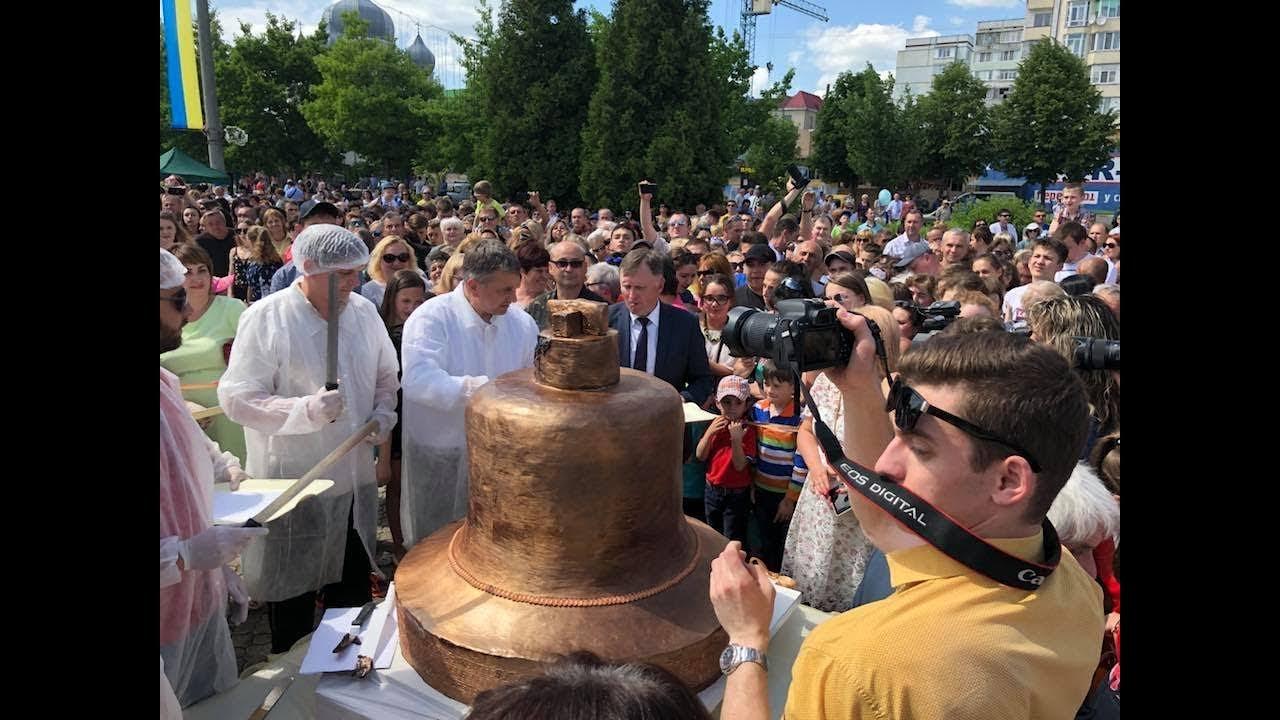У Калуші випекли найбільший солодкий дзвін України