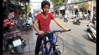 Bé trai mặc cảm phải nghỉ học vì bị bạn bè chê xấu được tặng 2 chiếc xe đạp