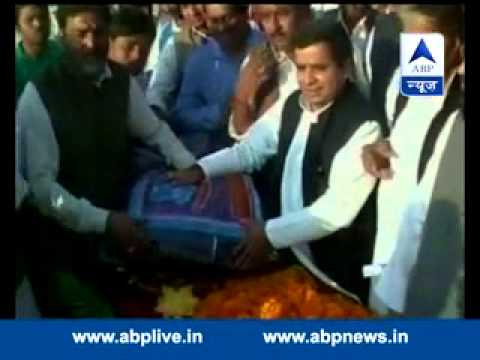 Woman dies during blanket distribution by SP MP Dharmendra Yadav to celebrate Mulayam's birthday