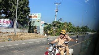 Anh CSGT nhắm mắt chạy moto hụ còi mở đường - Police route while closing eyes