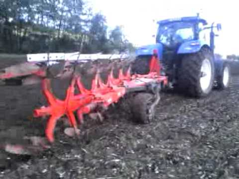 Tracteur qui labour