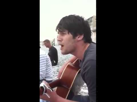 чеченец поёт на гитаре, от души