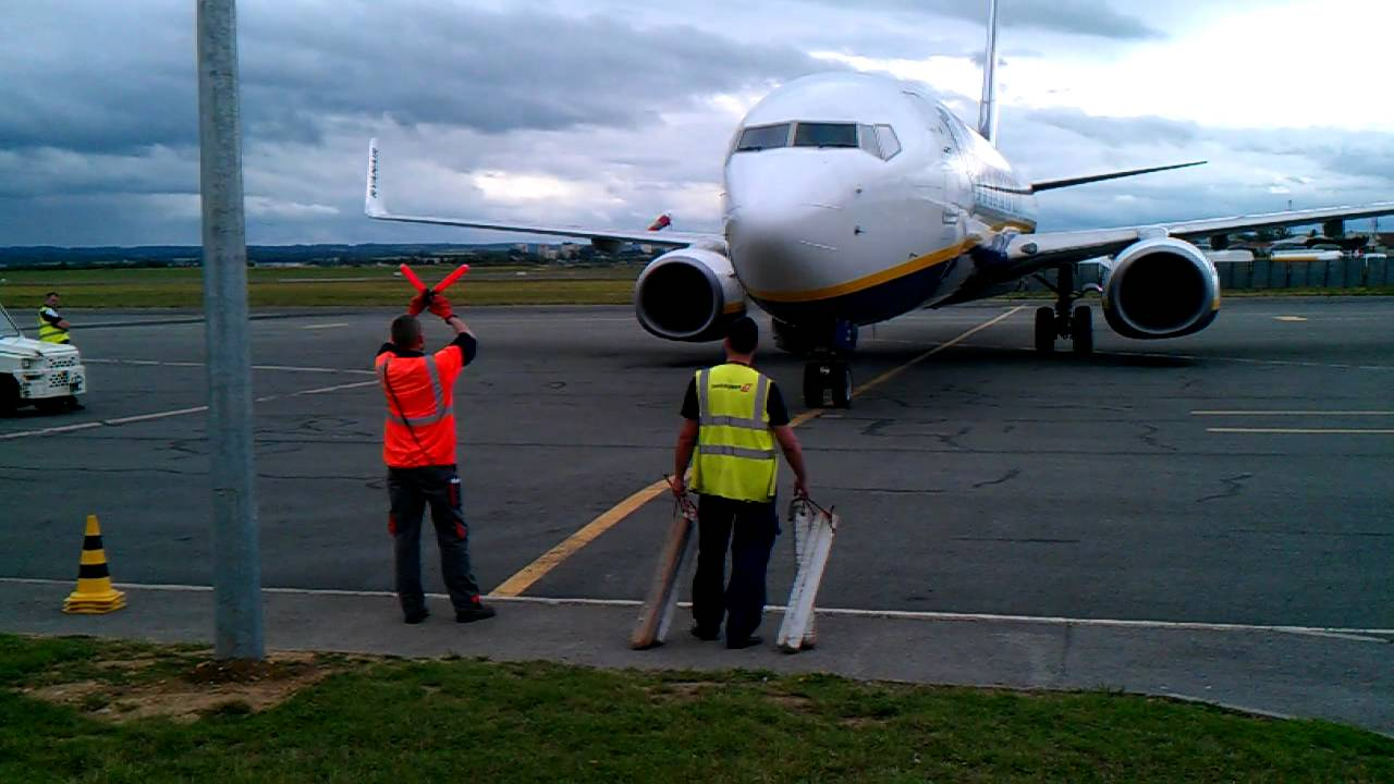 Arriv ryanair l 39 a roport de paris beauvais 737 800 - Paris porte maillot beauvais airport ...