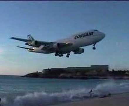 こんなにスレスレを飛ぶの?!超低空飛行をする飛行機