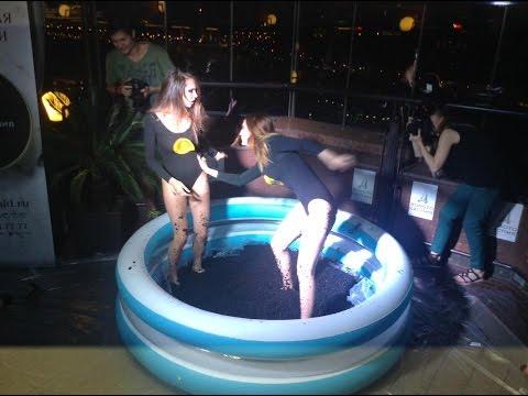 Polémica pelea de modelos en una piscina de caviar negro