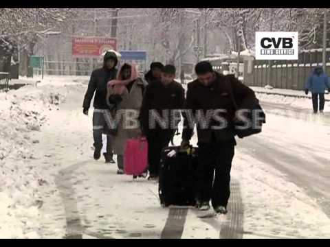 SNOW CRIPPLES LIFE IN KASHMIR VALLEY