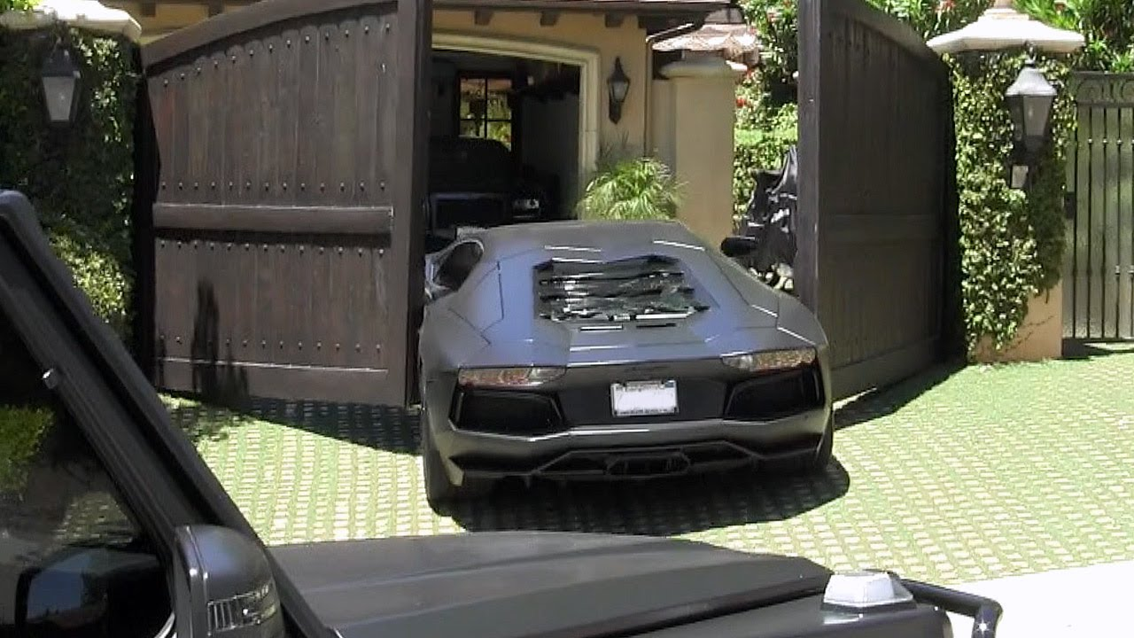 Kanye West S Assistant Crashes The Rapper S Lamborghini