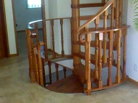 Escada de madeira pequena