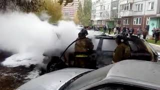 Пожарные потушили загоревшиеся машины