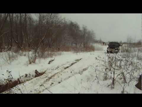 Переправа через зимний ручей: Toyota Tundra и УАЗ