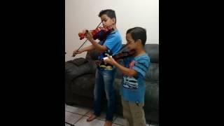 Kelvin e Léo tocando no violinos hino 1 Cristo meu mestre