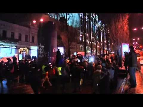Ukraine protests  Lenin statue is torn down and smashed with hammers in Kiev