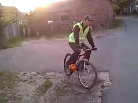 rower napędzany silnikiem od kosy spalinowej.mp4