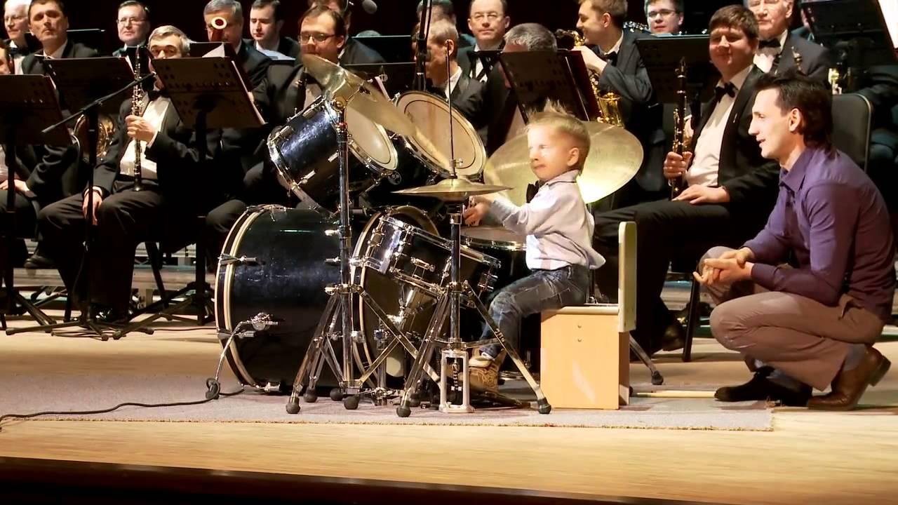 Un batteur de 3 ans avec un orchestre