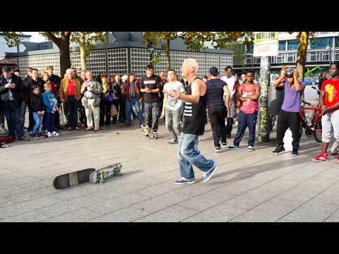 Уличное выступление в Берлине