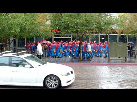 Decenas de Super Marios caminando en las calles de San Diego