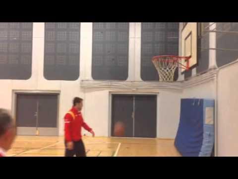 #DENESP Rafael Nadal y David Ferrer juegan baloncesto