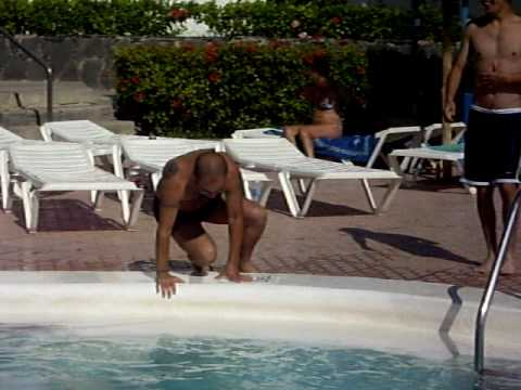 Como no tirarse de cabeza a una piscina youtube for Tirarse a la piscina