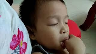 Bé bú sữa bằng tay.Baby feeds by hand