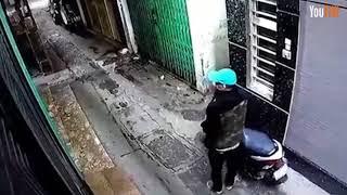 """Trộm lẻn vào ngõ phố bẻ khóa """"chôm"""" xe máy nhanh như chớp"""