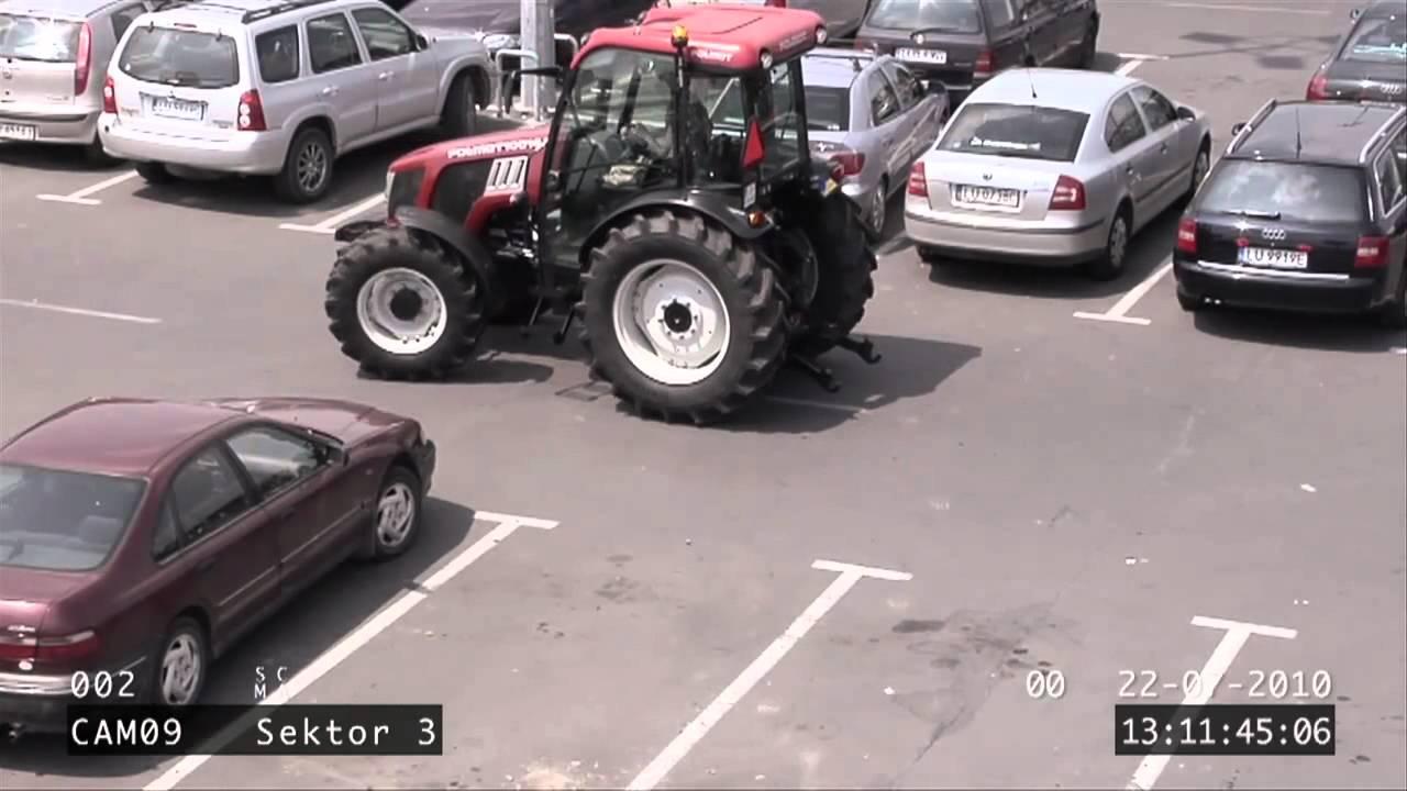 frau parkt mit einen traktor vor einkaufcenter und baut unfall youtube. Black Bedroom Furniture Sets. Home Design Ideas