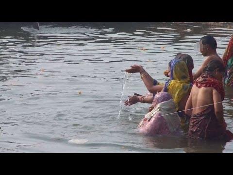 Ganga,ganges Bathing In Varanasi Ghat, India (インド バラナシのガート、ガンガー、ガンジス河の沐浴) video
