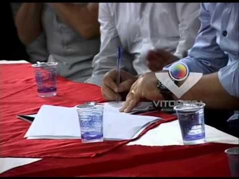 O prefeito Raul Belém assina a ordem de serviço da construção do viaduto no São Sebastião