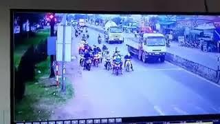 Video Xe Công Tai Ner đâm hàng loạt xe máy dừng đèn đỏ ở Long An
