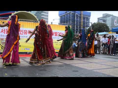 Nagada Sang Dhol Baje Gujarathi Dandiya Garba Fusion video